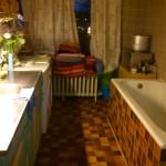 Hans' place...Kitchen-> Left. Bathtub-> Right.